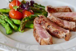 Stekt kjøtt med asparges og tomat
