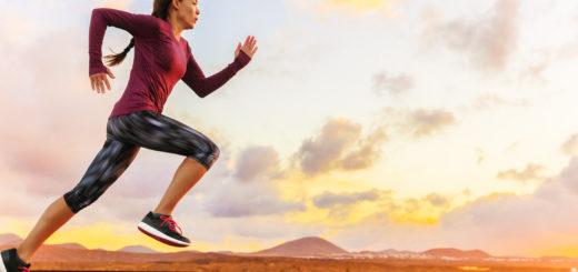 Kvinne som løper ute i terrenget