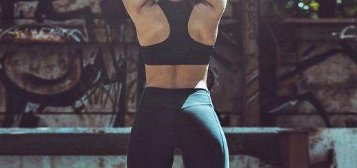 Kvinne som driver med fitness strekker seg
