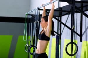 Kvinne som utfører pullups treningsprogram