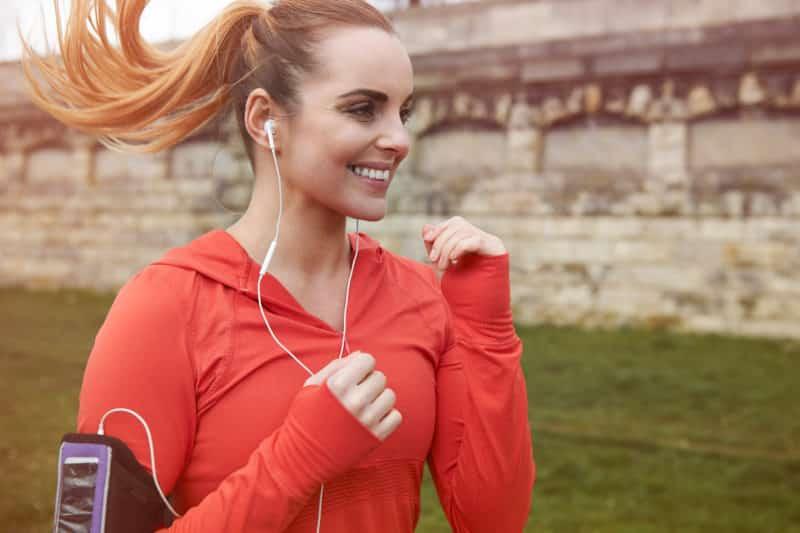Jente som smiler på cardio-trening