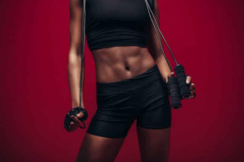 Kvinne med synlige nedre magemuskler