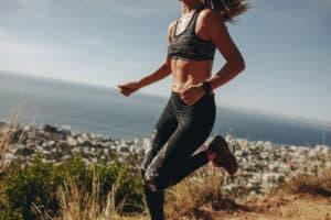 Kvinne som trener intervaller utendørs