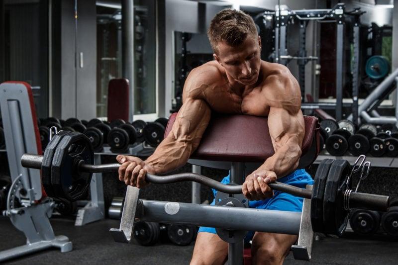 Biceps-trening med stang
