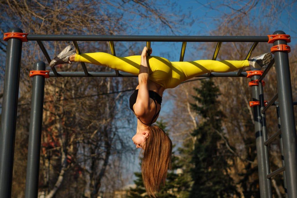 Kvinne trener i klatrestativ