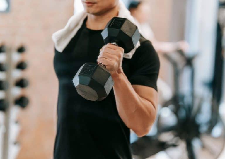 Mann som trener 6-12-25-metoden