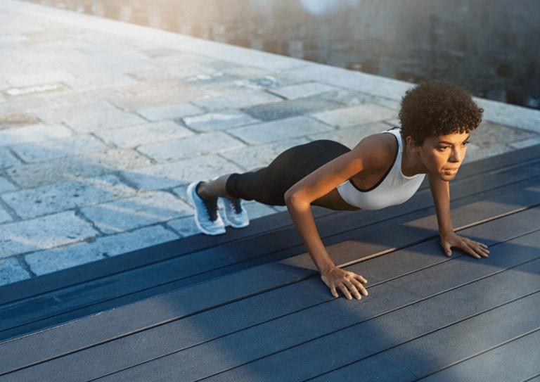 Kvinne som tar push-ups