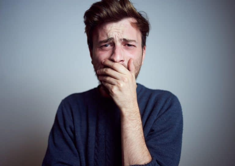 Mann som er frustrert over at resultatene uteblir