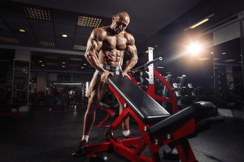 Muskuløs mann på trening