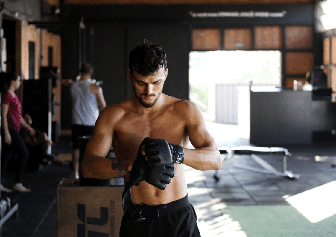 Mann som trener kampsport