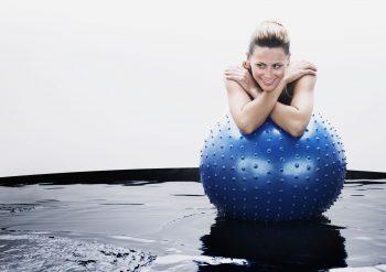 Kvinne med treningsball