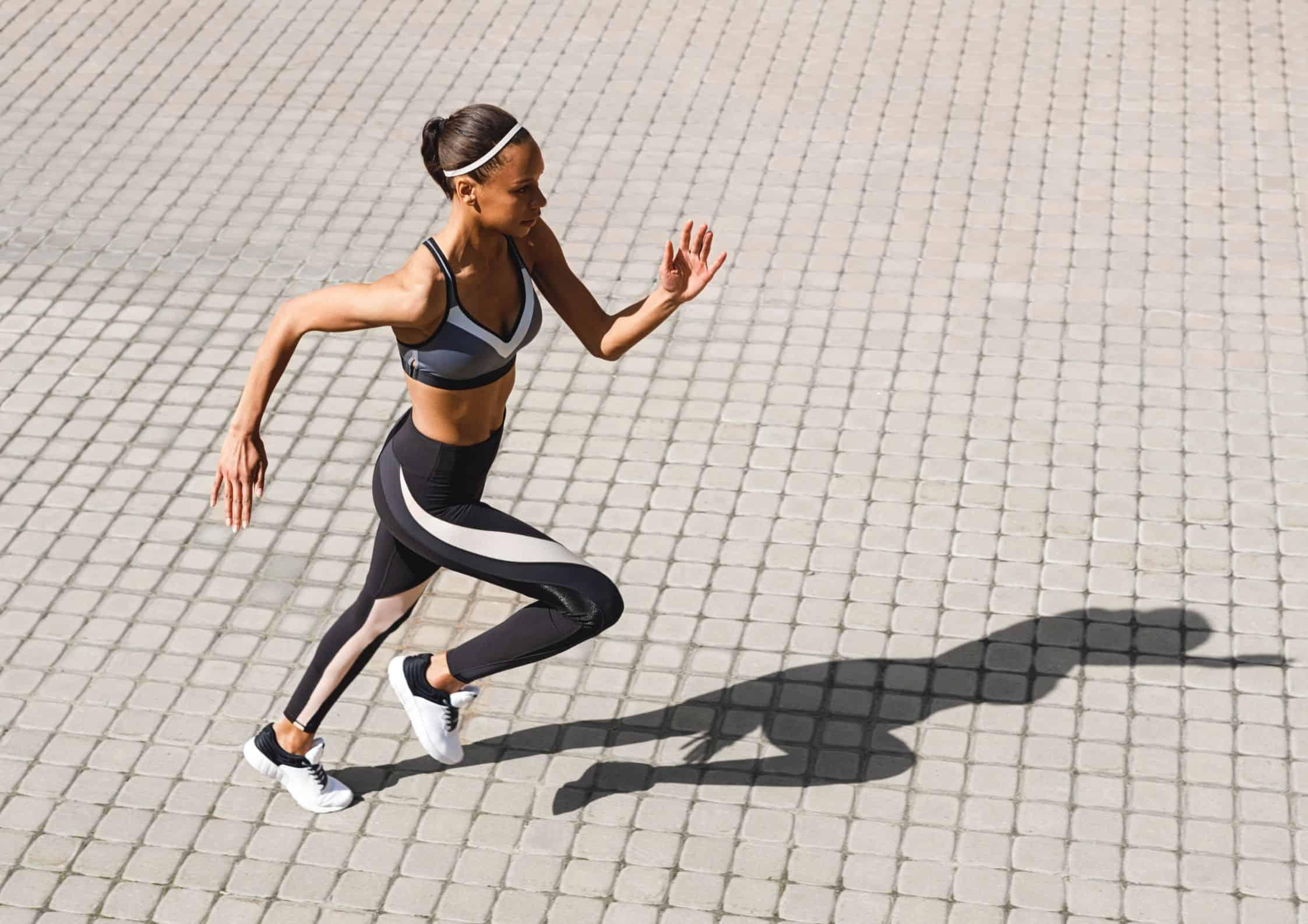 Kvinne som løper utendørs