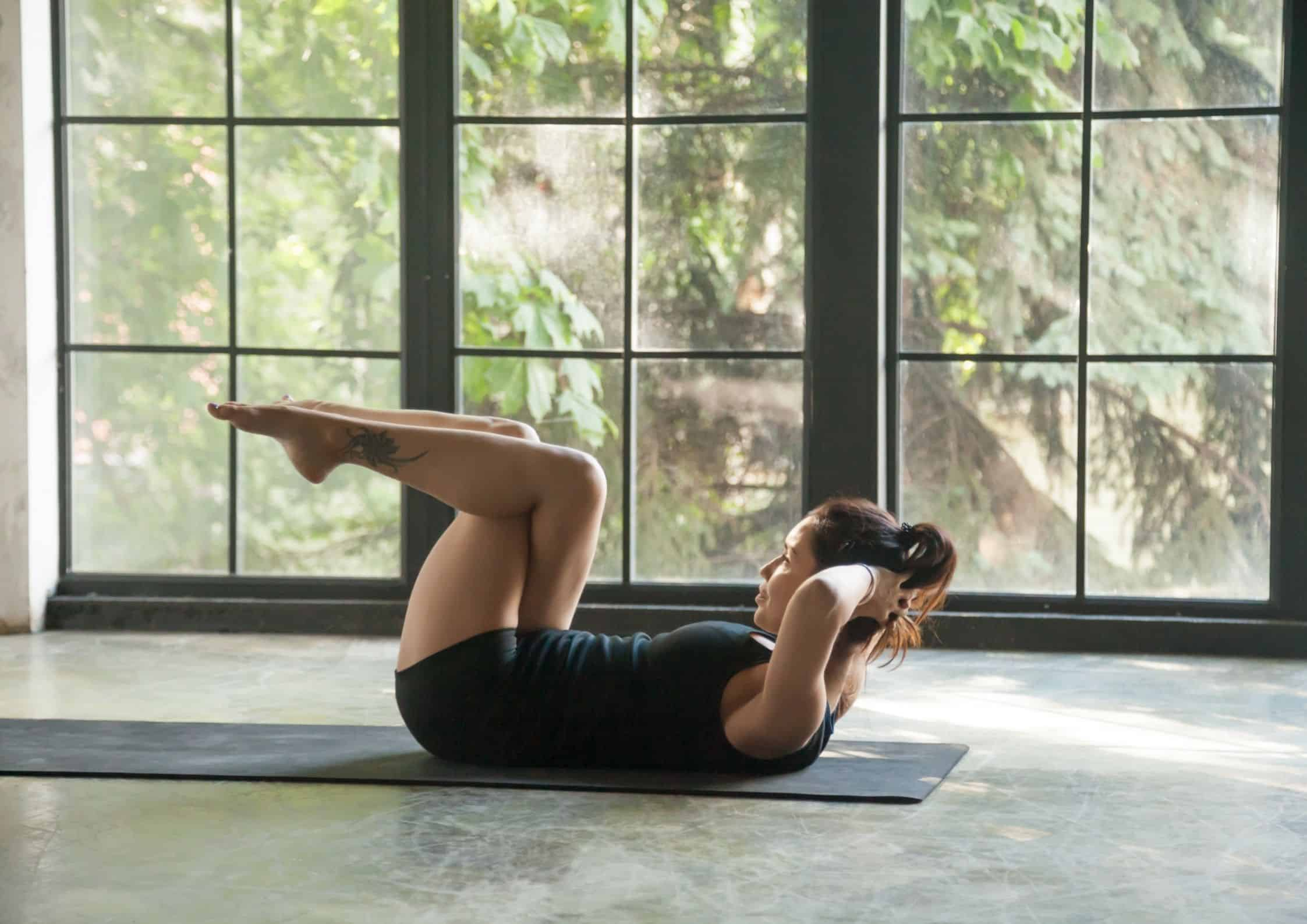 Kvinne som trener magemusklene