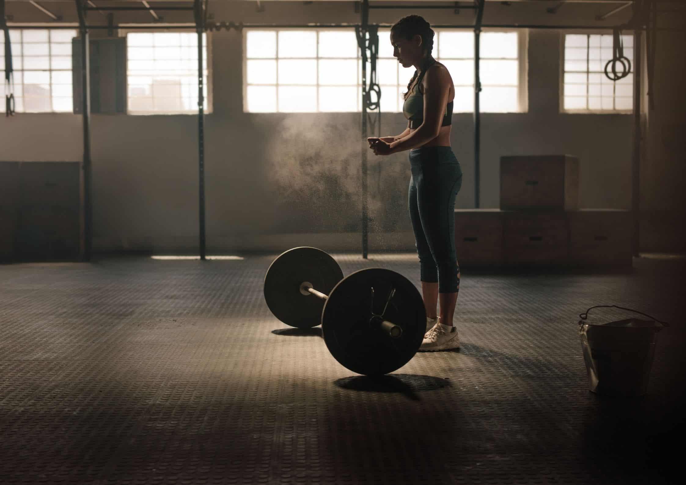 Kvinne som trener markløft