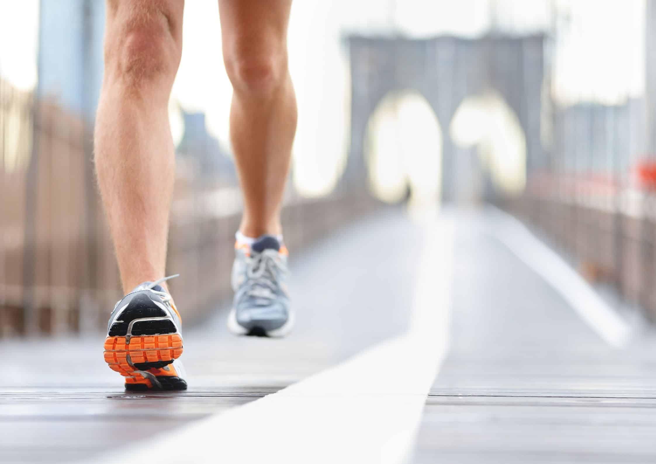 Mann som løper på asfalt med joggesko