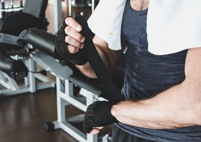 Mann som forbereder seg til styrketrening