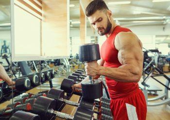 Mann som trener bicepscurls
