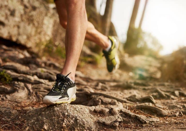 Mann som løper med terrengsko