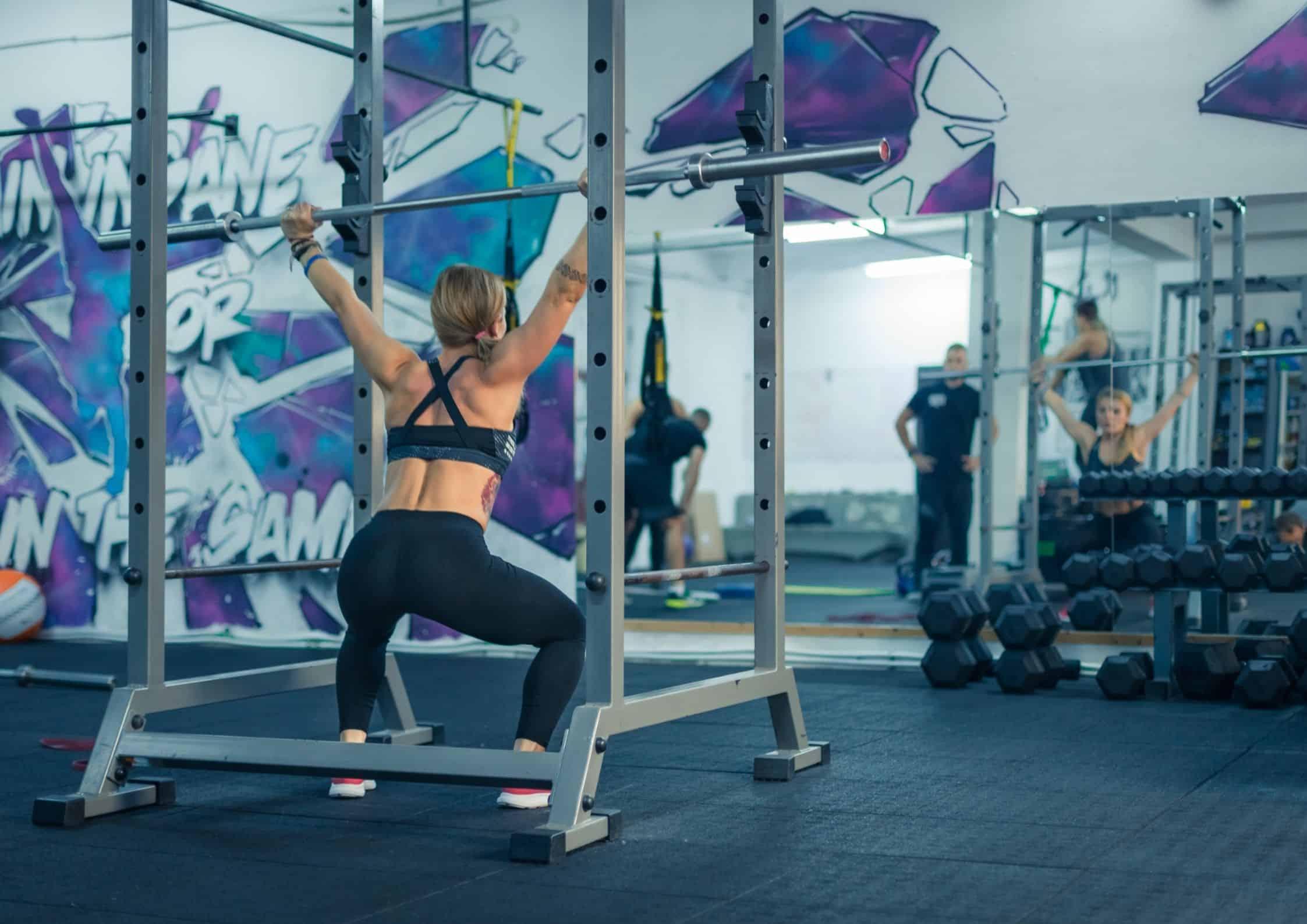 Kvinne som varmer opp før treningsøkten