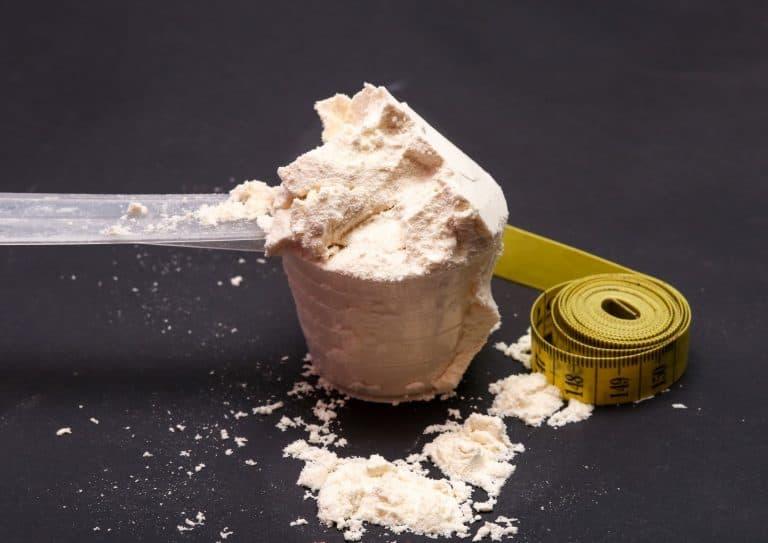 Proteinpulver i målebeger