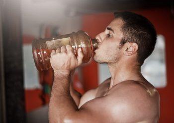 Mann som drikker PWO før trening