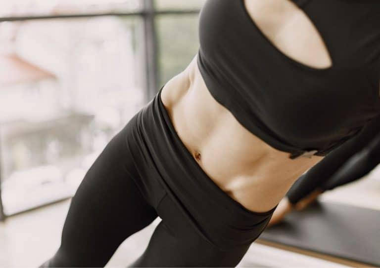 Kvinne som tøyer magemusklene