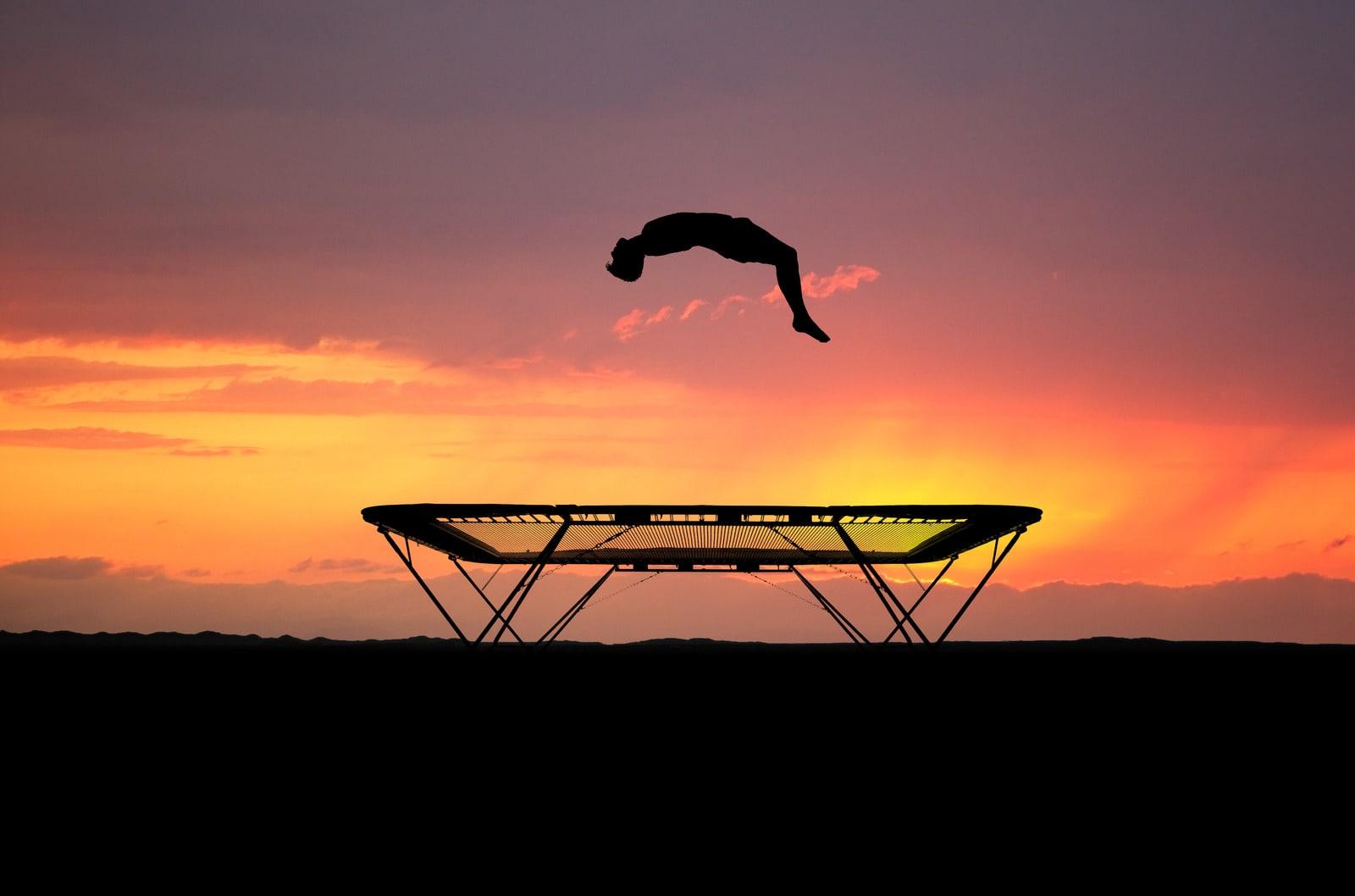 Hopping på trampoline